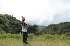 Nature de voyage de femmes dans les montagnes Images stock