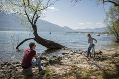 Nature enjoing de couples par le lac Images libres de droits