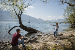 Nature enjoing de couples par le lac Photos stock