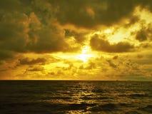 Nature et beau coucher du soleil à la baie Miri Sarawak Malaysia de cabane de Cocos photos stock