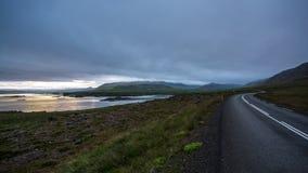 Nature et coucher du soleil d'Islandic, sur la route photos stock