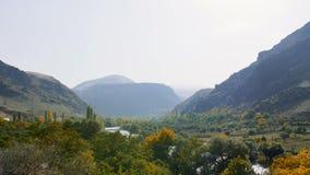 Nature et horizontaux Montagnes et rivière de montagne dans la vallée clips vidéos