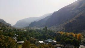 Nature et horizontaux Montagnes et rivière de montagne dans la vallée banque de vidéos