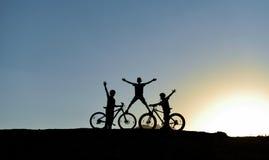Nature et jeunesse qui aime faite un cycle Image stock