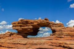 Nature' finestra di s, una formazione rocciosa naturale dell'arco nel parco nazionale di Kalbarri un giorno soleggiato fotografia stock