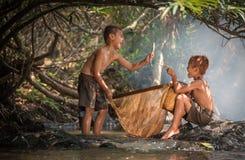Nature heureuse de l'eau de garçons Images libres de droits