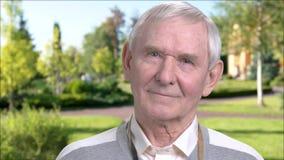 Nature l'explorant d'homme plus âgé, fond brouillé banque de vidéos