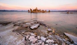 Nature mono de la Californie de lac sunset de formations de tuf de sel gemme  photographie stock libre de droits