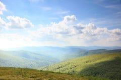 nature Paysage vert de montagne pendant l'été Image libre de droits