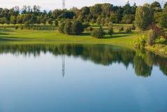 Nature réfléchie sur l'eau d'un petit lac photos stock