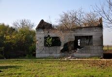 Nature reprenant les ruines de la maison Photographie stock libre de droits