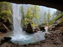 Nature& x27; s窗口- Pericnik瀑布 库存照片