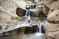 Nature scénique de fille de rivière de cascade d'Australie Image libre de droits