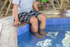 Nature spa, πόδια της γυναίκας στην καυτή λίμνη ελατηρίων, γιος της Mae Hong, Tha στοκ φωτογραφία