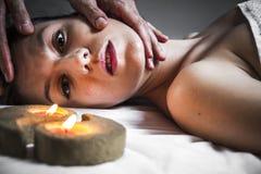 Nature.Wellness -接受身体或后面按摩在温泉的妇女 免版税库存照片