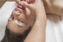 Nature.Wellness - femme recevant le corps ou le massage arrière dans la station thermale photographie stock libre de droits