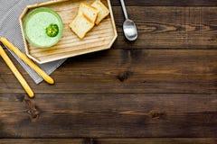 Naturel, aliment biologique Soupe-purée végétale verte dans tout préparé de cuvette servie avec des biscottes sur la vue supérieu Photographie stock