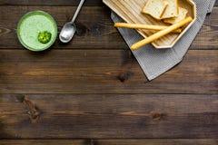 Naturel, aliment biologique Soupe-purée végétale verte dans tout préparé de cuvette servie avec des biscottes sur la vue supérieu Photos libres de droits