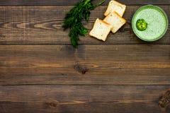 Naturel, aliment biologique Soupe-purée végétale verte dans tout préparé de cuvette servie avec des biscottes sur la vue supérieu Photo stock