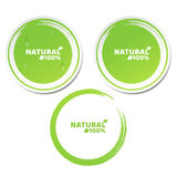 Naturellement 100 pour cent Un ensemble d'autocollants verts dans le style 3d Gouttes de l'eau débordantes Produit naturel Style  Image stock