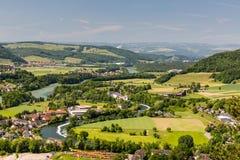 Naturen förbiser med floder i Schweiz Royaltyfri Fotografi