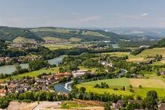 Naturen förbiser med floder i Schweiz royaltyfri foto