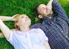 Naturen fyller dem med friskhet och fred Den orakade mannen och flickan lägger på gräsäng Tycker om lyckligt bekymmerslöst för gr arkivfoto