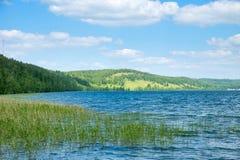 Naturen parkerar med sjön och kullar arkivbilder
