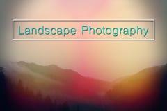 Naturescape et mots de la photographie de paysage avec la typographie marquant avec des lettres au-dessus des montagnes Photo libre de droits
