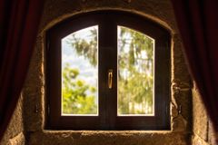 A natureza é atrás da janela velha foto de stock