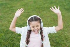 A natureza é a uma música do elogio que nunca para de cantar Cantor feliz da música na grama verde M?sica do canto da menina fotos de stock