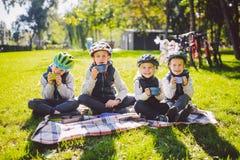 Natureza ativa dos feriados da família do tema as crianças pequenas pequenas dos povos do grupo três irmãos e irmã sentam o onbla fotos de stock