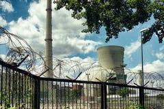 Natureza avariada velha de Alemanha do central nuclear do arame farpado fotos de stock