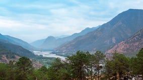 A natureza bonita com montanha e rio imagem de stock