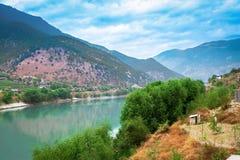 A natureza bonita com montanha e rio foto de stock royalty free
