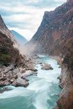 A natureza bonita com montanha e rio fotografia de stock royalty free