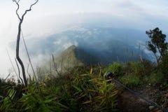 Natureza bonita da montanha de Kenderong na névoa Fotos de Stock Royalty Free
