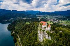 Natureza bonita de Eslovênia - lago do recurso sangrado fotografia de stock