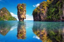 Natureza bonita de Tailândia Reflexão da ilha de James Bond imagem de stock