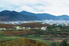 Natureza bonita em torno de uma vila com montanha de Himalaya imagem de stock