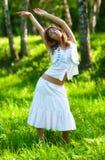 A natureza da mulher nova relaxa Fotografia de Stock Royalty Free