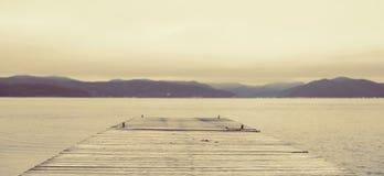 Natureza da névoa do céu do horizonte dos montes da paisagem do mar de Defocus do surrealismo da bandeira imagem de stock royalty free