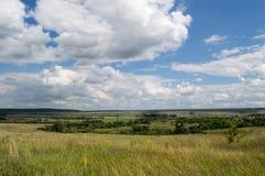 Natureza da paisagem do céu da sementeira da estrada do trigo do campo da agricultura fotos de stock