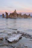Natureza de Califórnia do lago sunset das formações do tufo de sal de rocha mono fora Imagem de Stock Royalty Free