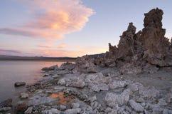 Natureza de Califórnia do lago sunset das formações do tufo de sal de rocha mono fora Fotos de Stock Royalty Free