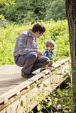 Natureza de exploração do pai e do filho Foto de Stock Royalty Free