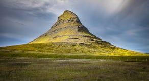 Natureza de Islândia - Kirkjufell o monte o mais bonito na ilha imagem de stock