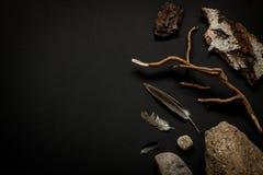 A natureza detalha a coleção - pedras, penas, casca de árvore e ramo no preto Foto de Stock Royalty Free
