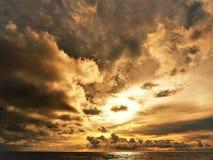 Natureza e por do sol bonito na baía Miri Sarawak Malaysia da cabana dos cocos Imagem de Stock