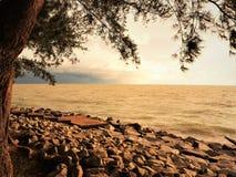 Natureza e por do sol bonito na baía Miri Sarawak Malaysia da cabana dos cocos Fotos de Stock